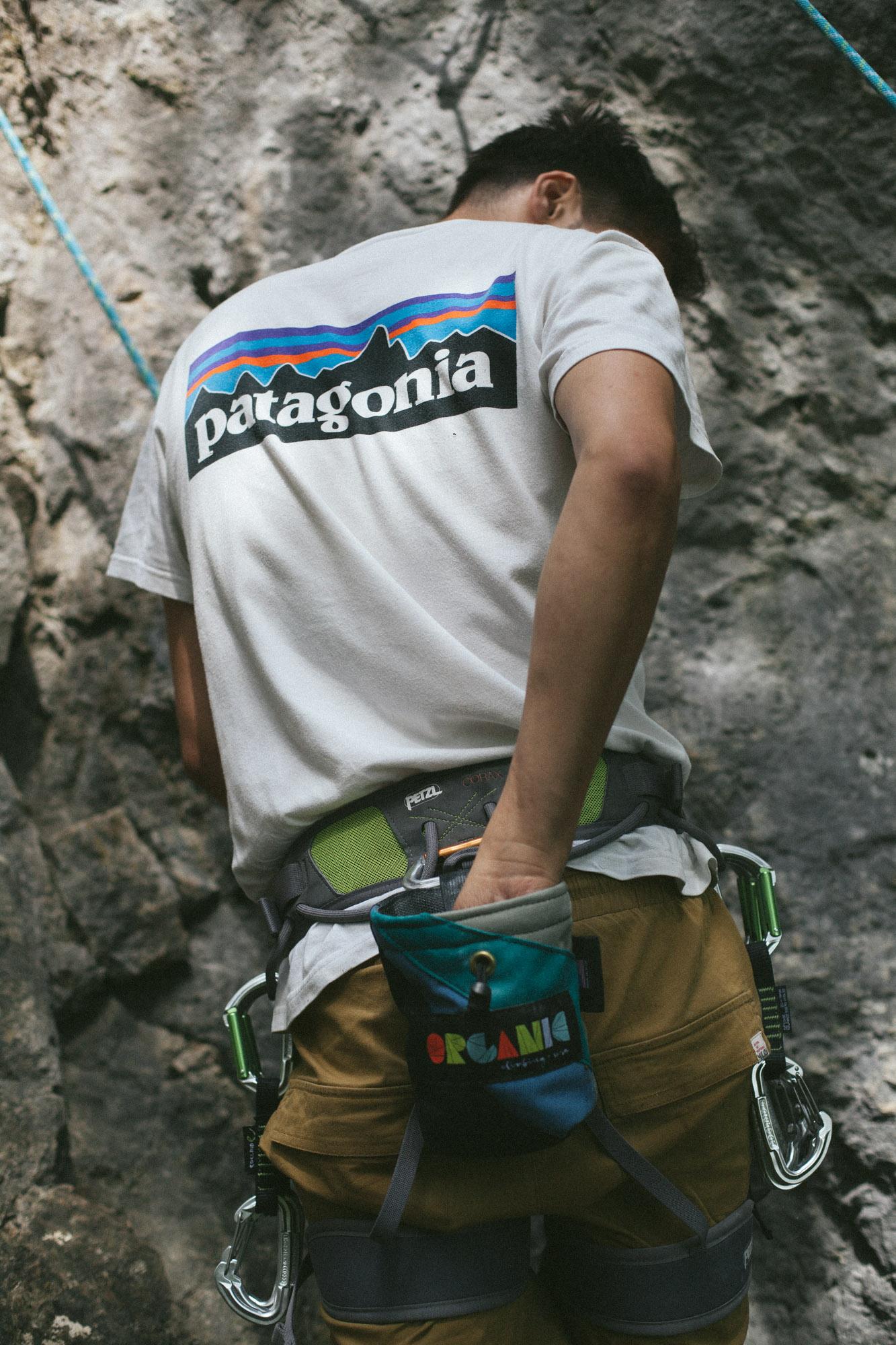 Kletterer greift in sein Chalkbag